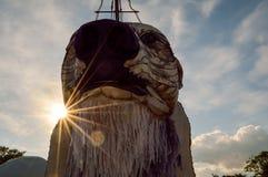 06 25 14 Glastonbury-Festival Het bekijken omhoog Dageraad de ijsbeer met zon erachter gloed stock foto's