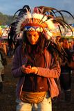 Glastonbury festivalkvinna i indian befjädrad huvudbonad Royaltyfria Foton