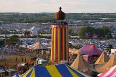 Glastonbury festiwal 06 27 2015 Patrzeć przez przy Tasiemkowy wierza przy Glastonbury festiwalem na pogodnym wieczór Zdjęcia Stock