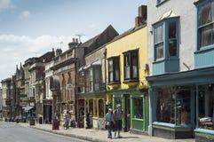 Glastonbury hoofdstraat in de zomer Royalty-vrije Stock Foto's