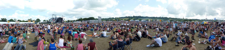 glastonbury panorama för folkmassa Arkivbild