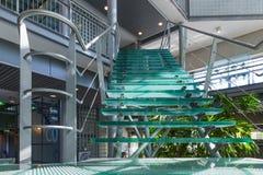 Glastreppenhaus in einem modernen Bürogebäude Stockfotos