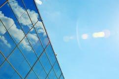 Glasvägg av den moderna affärskontorsbyggnaden abstrakt båge Royaltyfria Bilder