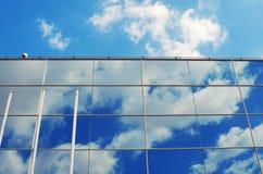 Glasvägg av den moderna affärskontorsbyggnaden abstrakt båge Royaltyfri Bild
