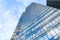 Glasvägg av kontorsbyggnad Arkivfoto