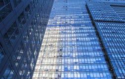 Glasvägg av kontorsbyggnad Arkivfoton
