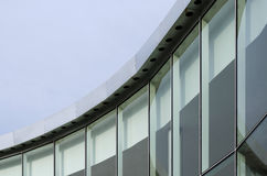 Glasvägg av modern byggnad Arkivbilder