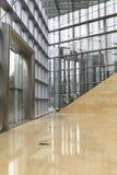 Glasvägg av modern kontorsbyggnad, inre kommersiell byggnad, modern affärsbyggnadskorridor arkivbild