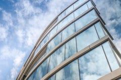 Glasväggar av himmel och moln för modern byggnad reflekterande Royaltyfri Fotografi