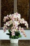 Glasvaas met bloemen, een mooi ornament in een huwelijk Stock Foto's
