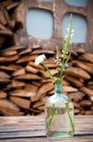 Glasvaas met gebiedsbloemen op lijst Royalty-vrije Stock Afbeelding