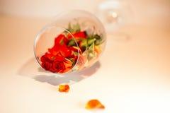 Glasvaas met rode roze bloemblaadjes wordt gevuld dat Het concept van Aromatherapy Royalty-vrije Stock Fotografie