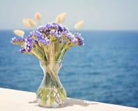 Vazen Op Balkon : Vaas van bloemen op balkon stock afbeelding afbeelding bestaande