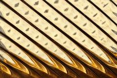 Glasvenster met stroken in een tint van gouden kleur, abstracte het glastextuur van het strookformaat als achtergrond royalty-vrije stock foto