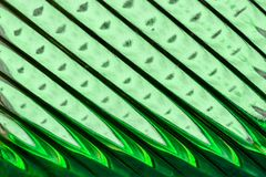 Glasvenster met stroken in een tint van groene en smaragdgroene kleur, abstracte het glastextuur van het strookformaat als achter stock afbeelding