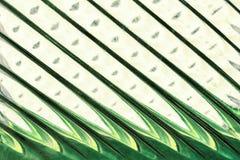 Glasvenster met stroken in een tint van moeraskleur, abstracte het glastextuur van het strookformaat als achtergrond royalty-vrije stock afbeeldingen