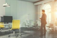 Glasvergaderzaal en geel stoelbureau, mens Stock Foto's