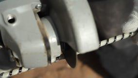 Glasvezelversterking Malende machine aan het snijden van glasvezelversterking stock video