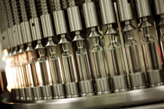 Glasviles in der pharmazeutischen Anlage Stockbilder