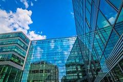 glasvoorgevel met bezinning van wolken royalty-vrije stock afbeeldingen