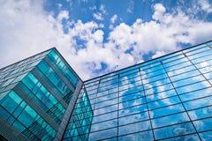 glasvoorgevel met bezinning van wolken stock foto