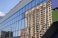 Glasvoorgevel van de bouw met weerspiegeling van de bouw Stock Afbeeldingen