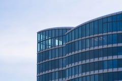 Glasvoorgevel van een bureaugebouw Stock Foto
