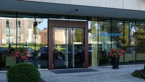Glasvoorgevel van een modern bureaugebouw met Boeing-Bedrijfembleem Het redactie 3D teruggeven Royalty-vrije Stock Afbeeldingen