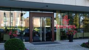 Glasvoorgevel van een modern bureaugebouw met de Luchtvaartlijnembleem van Emiraten Het redactie 3D teruggeven Royalty-vrije Stock Fotografie