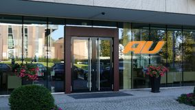 Glasvoorgevel van een modern bureaugebouw met embleem van het de telefoonbedrijf van Au het mobiele Het redactie 3D teruggeven Stock Fotografie