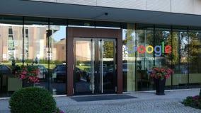Glasvoorgevel van een modern bureaugebouw met Google-embleem Het redactie 3D teruggeven Stock Foto
