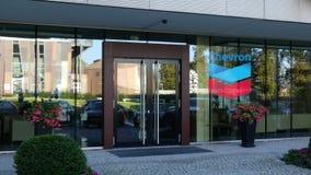 Glasvoorgevel van een modern bureaugebouw met het embleem van het Chevronbedrijf Het redactie 3D teruggeven Royalty-vrije Stock Foto's
