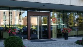 Glasvoorgevel van een modern bureaugebouw met het embleem van de de Handelaarsbank van China Het redactie 3D teruggeven Royalty-vrije Stock Afbeeldingen