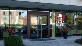 Glasvoorgevel van een modern bureaugebouw met het embleem van Kentucky Fried Chicken KFC Het redactie 3D teruggeven Stock Afbeeldingen