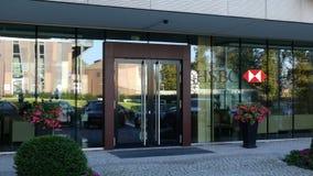 Glasvoorgevel van een modern bureaugebouw met HSBC-embleem Het redactie 3D teruggeven Stock Afbeelding
