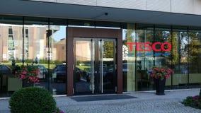 Glasvoorgevel van een modern bureaugebouw met Tesco-embleem Het redactie 3D teruggeven Royalty-vrije Stock Foto's