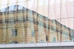 Glaswand des Bürohauses Lizenzfreie Stockbilder