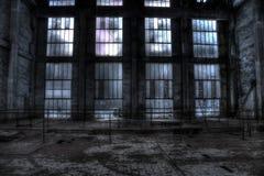 Glaswand in einer verlassenen trollay Reparaturstation der Bergwerkgrube stockbild