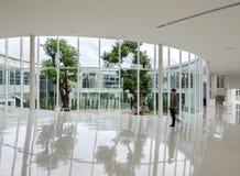 Glaswand im Gebäude mit dem Leutegehen Lizenzfreies Stockfoto
