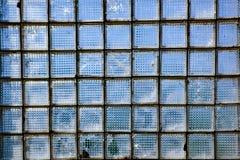 Glaswand mit Fenstern im Retrostil, Hintergrund jener Zeiten stockfotografie