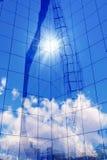 Glaswand- und Himmelreflexion lizenzfreies stockfoto