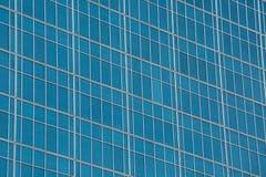 Glaswand von Fenstern auf einem Wolkenkratzer Stockbilder