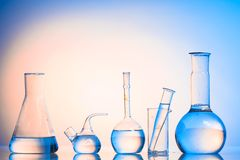 Glaswaren auf dem blauen Hintergrund stockfotografie