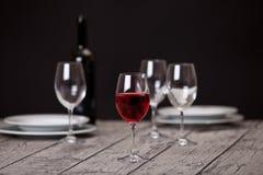 Glaswaren auf Holztisch Stockfoto
