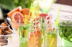Glaswaren mit verschiedenen Arten der Limonade Stockbild