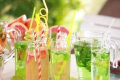 Glaswaren mit verschiedenen Arten der Limonade Lizenzfreie Stockfotografie