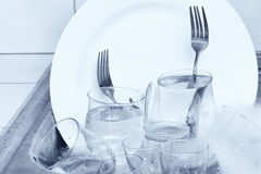 Glaswaren, Tischbesteck und Teller im Spülbecken Lizenzfreies Stockfoto