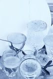 Glaswaren, Tischbesteck und Teller im Spülbecken Stockbild
