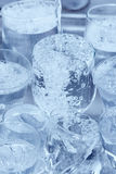 Glaswaren unter einem Wasserstrahl im Spülbecken Lizenzfreie Stockbilder