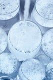 Glaswaren unter einem Wasserstrahl im Spülbecken Lizenzfreie Stockfotos